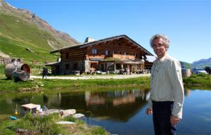Vivre en autonomie énergétique, c'est possible ! 7763230095_fabrice-andre-devant-son-refuge-le-refuge-de-sarenne-au-col-de-sarenne-a-2-000-metres-d-altitude-au-dessus-de-l-alpe-d-huez-300x192