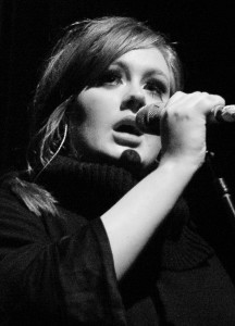 La chanteuse Adèle piège ses sosies Adele_-_Live_2009_4_cropped-216x300