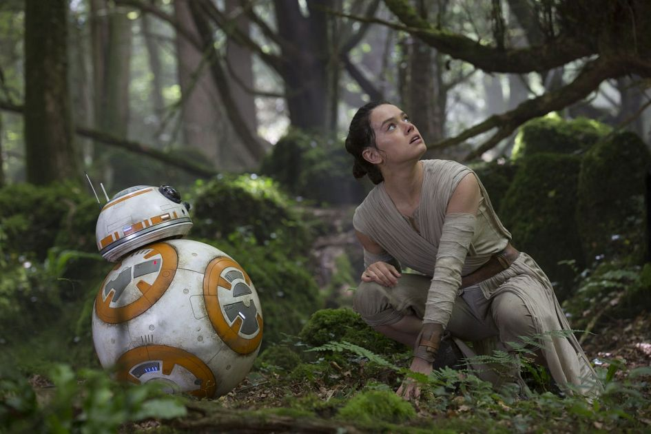Star Wars 7 : six nouvelles images ! Star-Wars-7-Rey-and-BB-8-on-Takodana