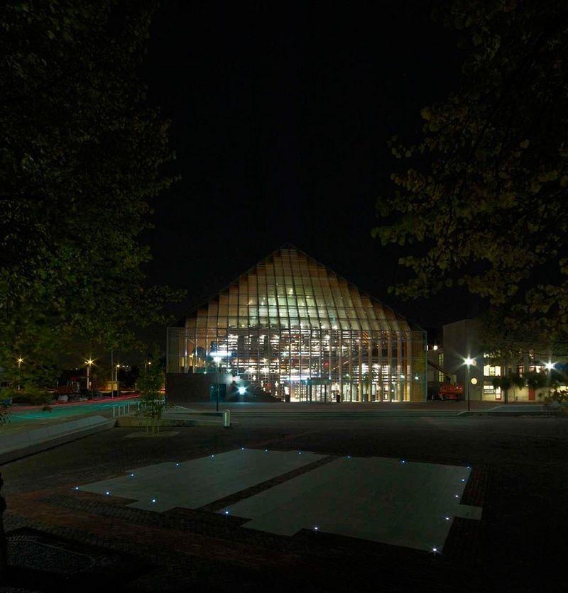 """L'impressionnante """"montagne de livres"""" de Spijkenisse aux Pays-Bas bibliotheque-municipale-spijkenisse-9"""