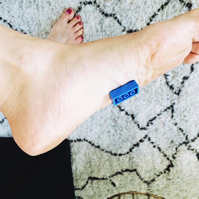 Des chaussons pour ne plus marcher sur les briques LEGO chausson-lego-4