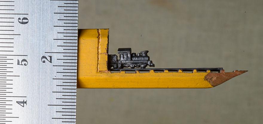 Ce petit train est sculpté dans la mine d'un simple crayon de bois crayon-mine-sculpte-cindy-chinn-1