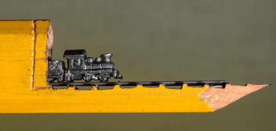 Ce petit train est sculpté dans la mine d'un simple crayon de bois crayon-mine-sculpte-cindy-chinn-4