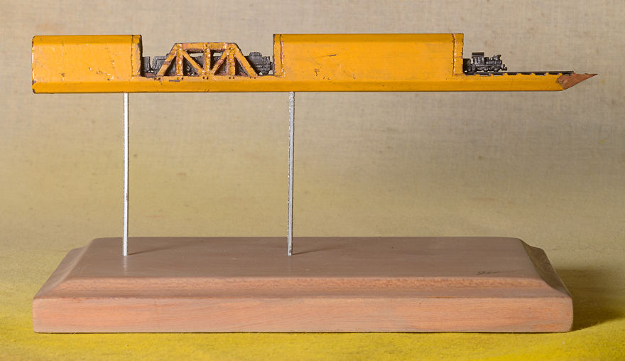 Ce petit train est sculpté dans la mine d'un simple crayon de bois crayon-mine-sculpte-cindy-chinn-6