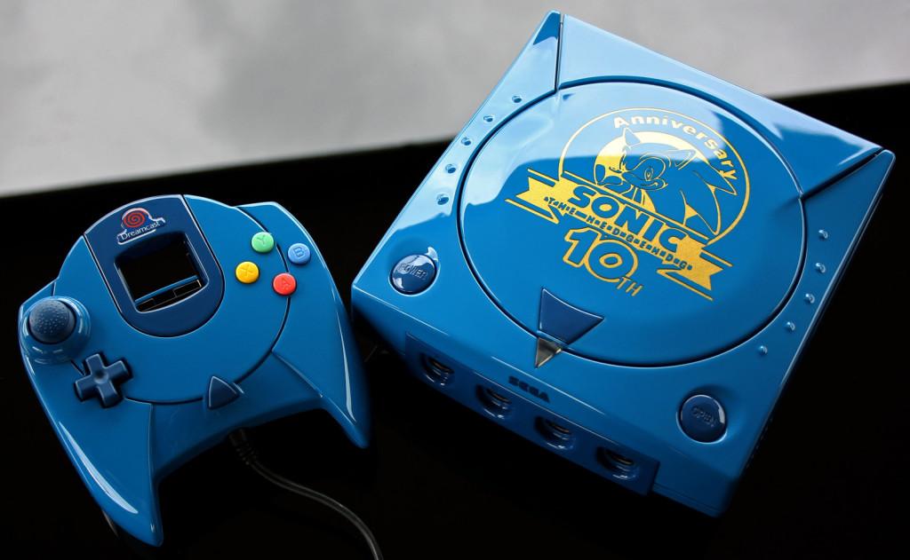 Un artiste customise les consoles de notre enfance custom_sonic_10th_anniversary_sega_dreamcast_by_zoki64-d89y7im-1024x631