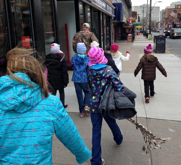 Incroyable générosité de la part de ces enfants canadiens pour aider les S.D.F. enfants-canada-manteau-sans-abris-3