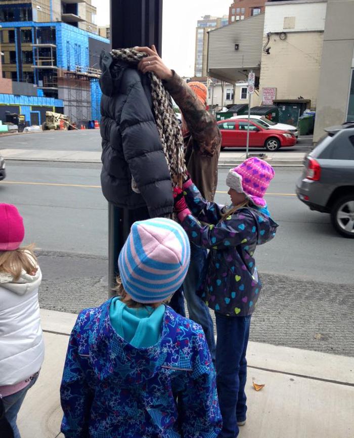 Incroyable générosité de la part de ces enfants canadiens pour aider les S.D.F. enfants-canada-manteau-sans-abris-4