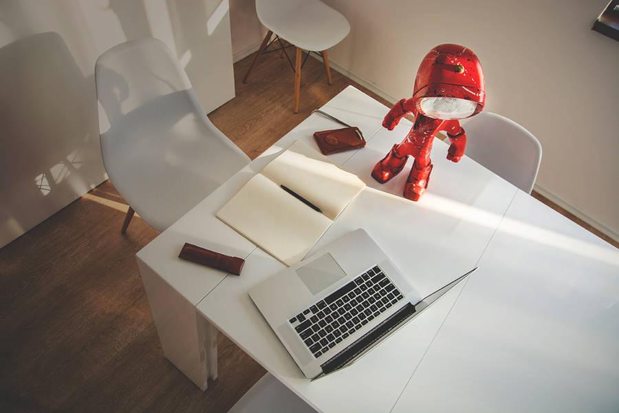 Un petit robot en guise de lampe de bureau lampster-robot-2