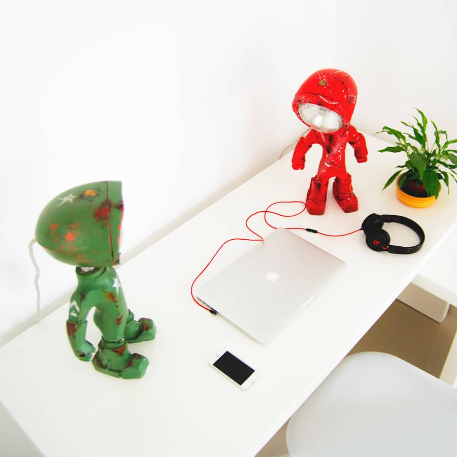 Un petit robot en guise de lampe de bureau lampster-robot-5