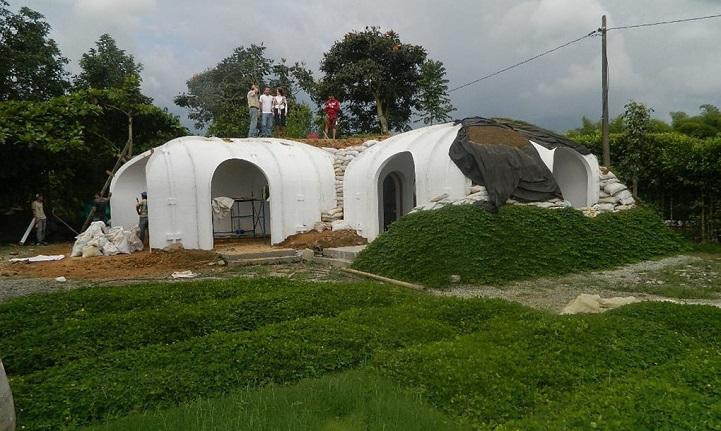 Ces maisons écologiques sont construites en seulement trois jours maison-verte-hobbit-8