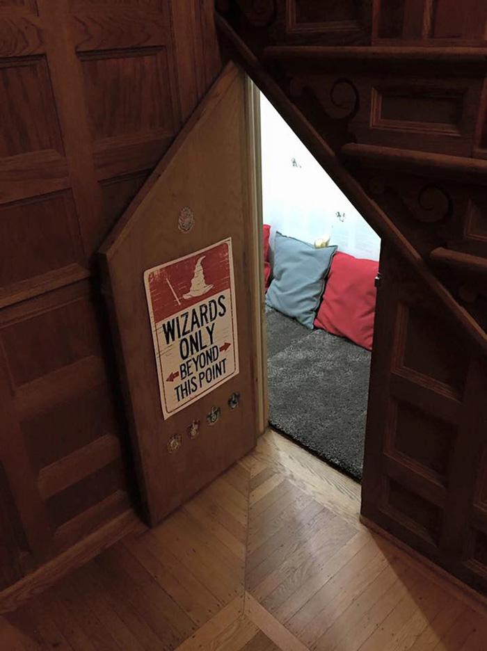 Inspirée par l'univers d'Harry Potter, une mère transforme son placard sous l'escalier placard-escalier-harry-potter-1