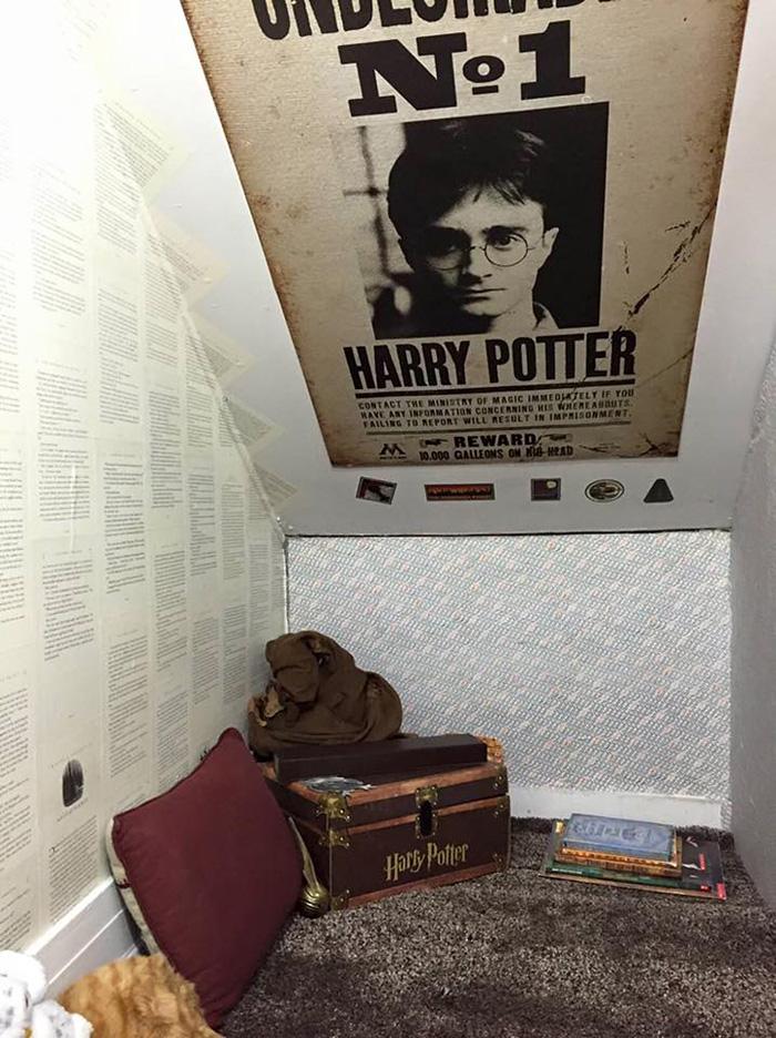 Inspirée par l'univers d'Harry Potter, une mère transforme son placard sous l'escalier placard-escalier-harry-potter-5