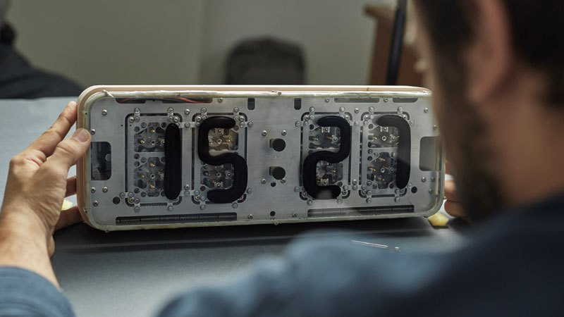 RHEI : une horloge épurée au fonctionnement original rhei-horloge-aimant-fluide-1