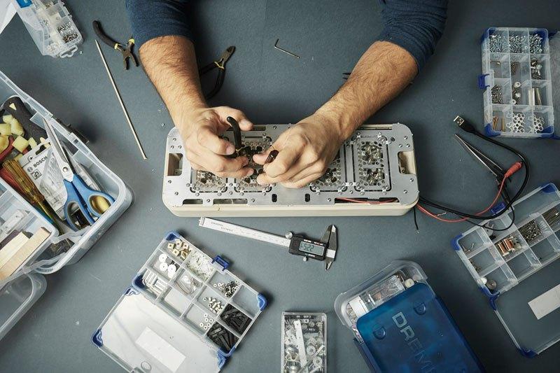 RHEI : une horloge épurée au fonctionnement original rhei-horloge-aimant-fluide-4