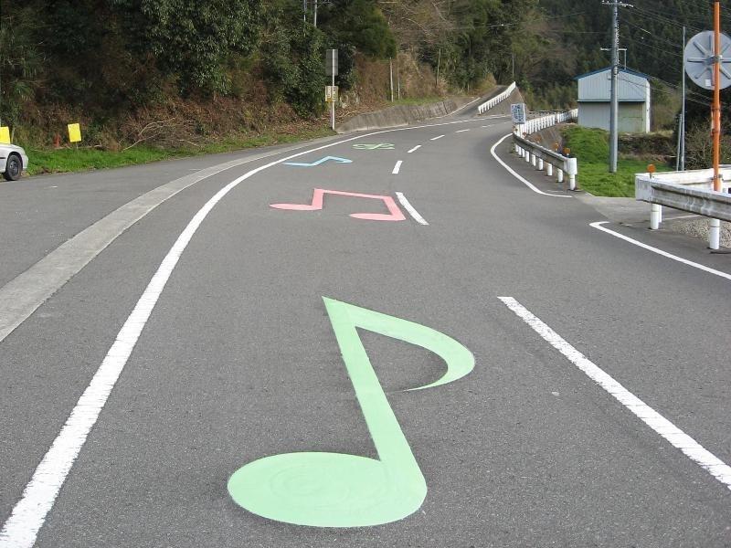 Lorsque des voitures passent, ces routes entonnent des mélodies route-musicale-6