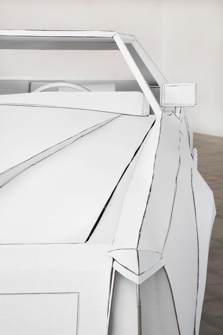 Une artiste réalise avec du carton la copie conforme de la voiture de son grand-père voiture-carton-grand-pere-3
