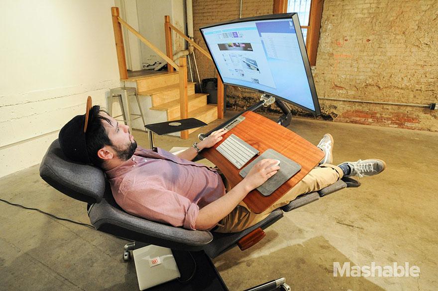 Ce bureau ajustable vous permet de travailler tout en étant allongé. Le pied ! bureau-ajustable-altwork-station-3