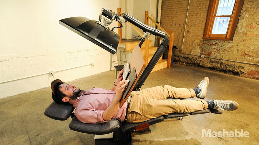 Ce bureau ajustable vous permet de travailler tout en étant allongé. Le pied ! bureau-ajustable-altwork-station-4