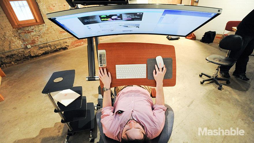 Ce bureau ajustable vous permet de travailler tout en étant allongé. Le pied ! bureau-ajustable-altwork-station-5