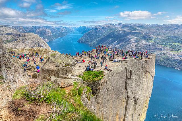 La sublime falaise Preikestolen offre une vue vertigineuse falaise-norvege-1