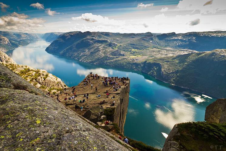 La sublime falaise Preikestolen offre une vue vertigineuse falaise-norvege-2