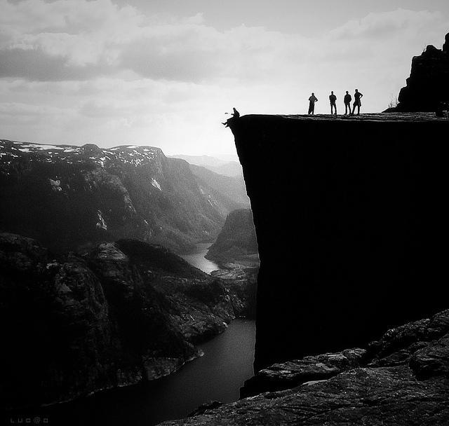 La sublime falaise Preikestolen offre une vue vertigineuse falaise-norvege-3