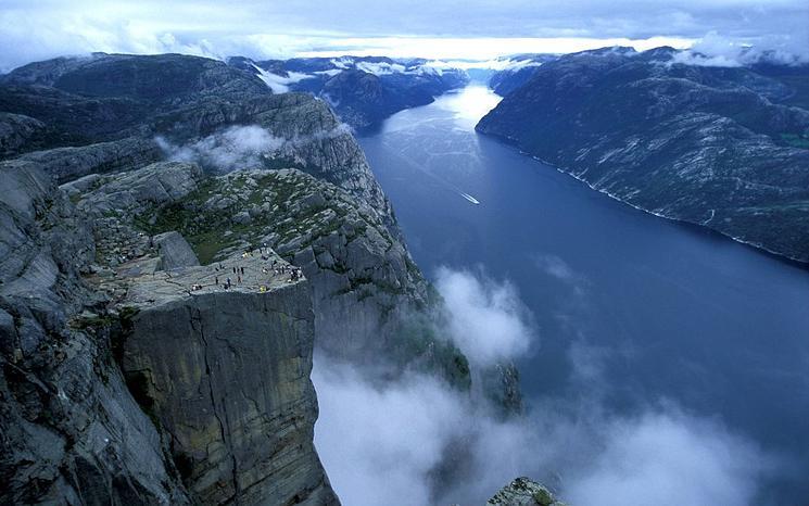La sublime falaise Preikestolen offre une vue vertigineuse falaise-norvege-5