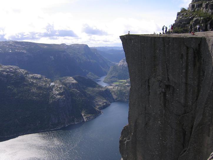 La sublime falaise Preikestolen offre une vue vertigineuse falaise-norvege-6