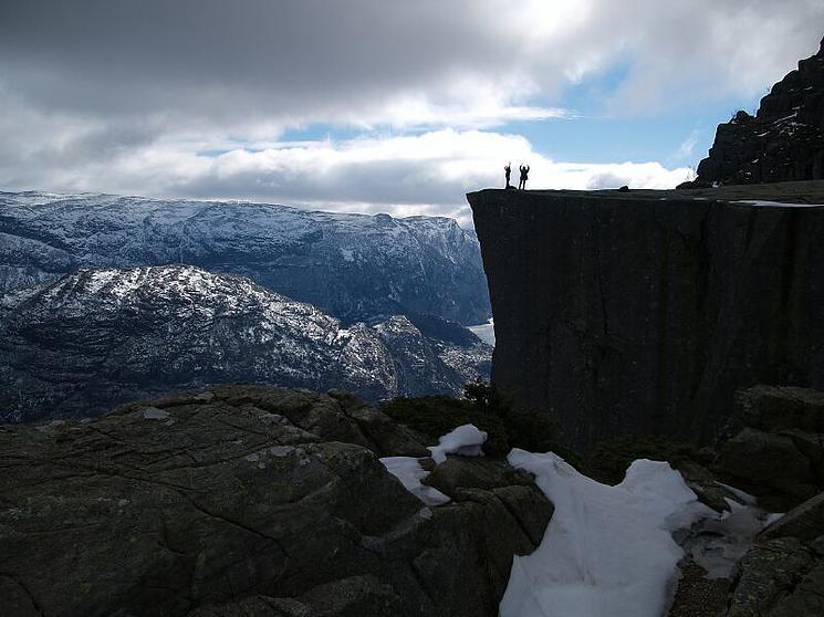 La sublime falaise Preikestolen offre une vue vertigineuse falaise-norvege-7