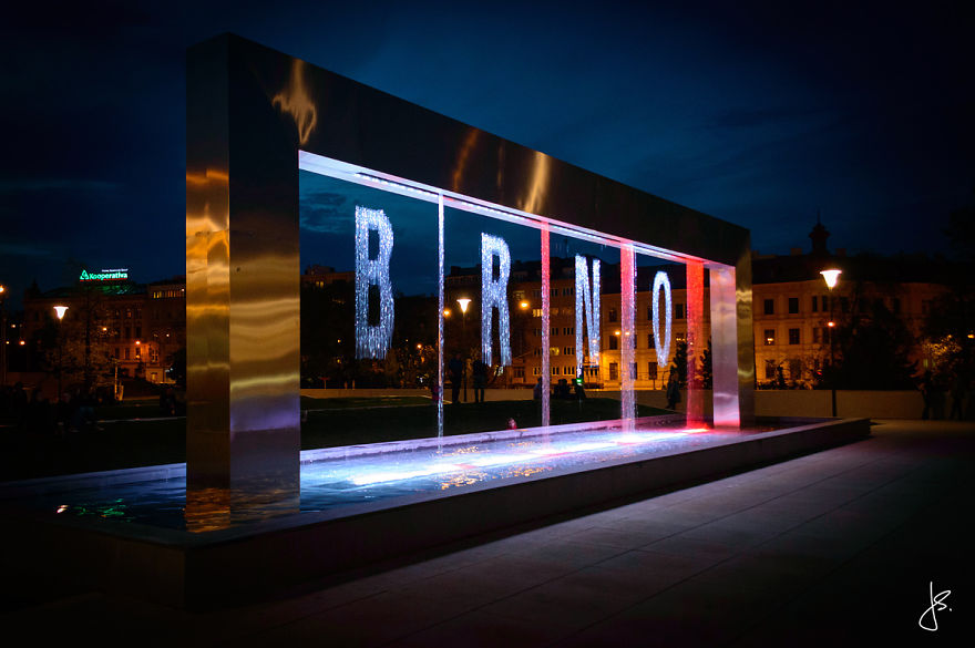 Cette incroyable fontaine multicolore se trouve en République Tchèque fontaine-brno-multicolore-7