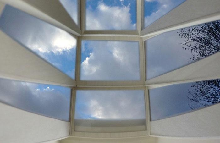 Cette fenêtre se transforme en balcon pour contempler le ciel more-sky-fenetre-balcon-7